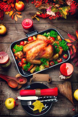arandanos rojos: mesa de Acción de Gracias servido con pavo, decorado con hojas de otoño brillantes Foto de archivo