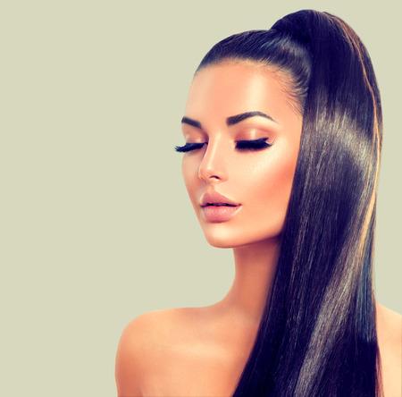 cabello: Belleza morena modelo de chica sexy con el pelo largo y marrón suave sana
