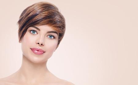 ojos marrones: mujer joven de spa hermosa con el retrato del pelo corto