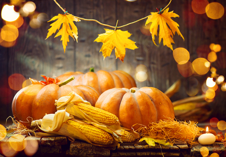 Thanksgiving day. Herfst Thanksgiving pompoenen over houten achtergrond Stockfoto