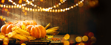 Erntedank. Herbst Thanksgiving-Kürbisse über Holzuntergrund Standard-Bild - 65218101