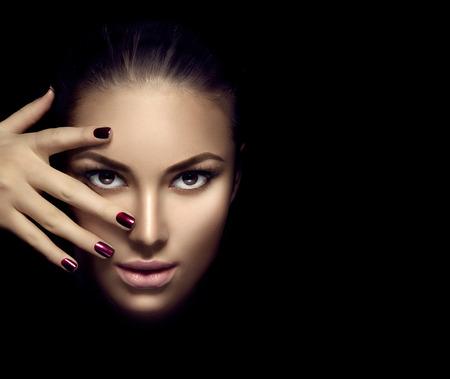 Мода модель лицо девушки, красота женщины макияж и маникюр на темном фоне