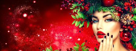 Weihnachten Mode-Modell Frau. Ferien Frisur und Make-up- Standard-Bild