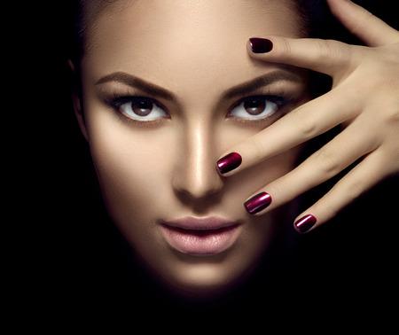 Mannequinmeisje gezicht, schoonheid vrouw make-up en manicure over donkere achtergrond