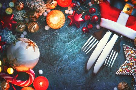 Vánoční prázdniny nastavení stolu. Dovolená jídelní stůl s cetky, svíčkami a dekoracemi