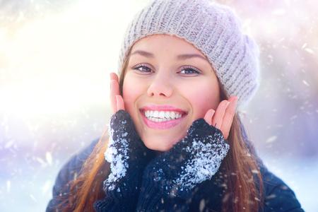 iluminado a contraluz: Alegre chica de belleza que se divierten en el parque de invierno