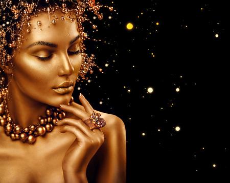 黄金の皮膚、メイクや髪型が黒の背景に分離と美しさファッション モデルの女の子