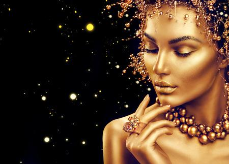 Schoonheid fashion model meisje met gouden make-up, haar stijl op een zwarte achtergrond