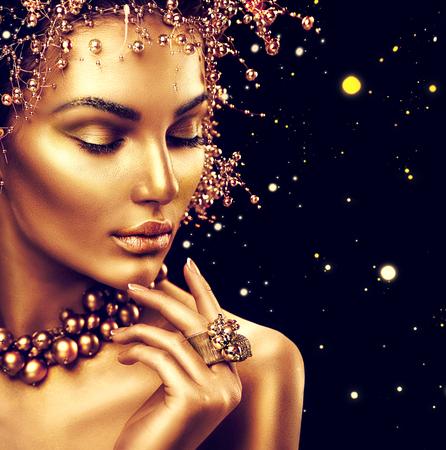 Schoonheid fashion model meisje met gouden huid, make-up en kapsel op een zwarte achtergrond