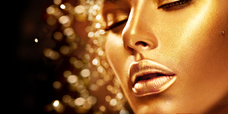 Красоты девушка модель с золотистой кожей. Мода Арт-портрет