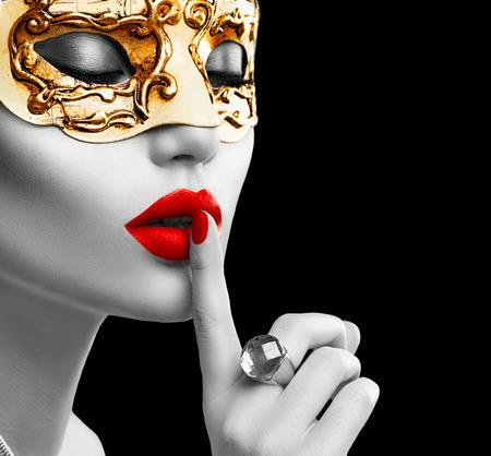 Model Piękna kobieta na sobie weneckie maski karnawałowe maskarady na przyjęciu. Boże Narodzenie i Nowy Rok celebracji Zdjęcie Seryjne