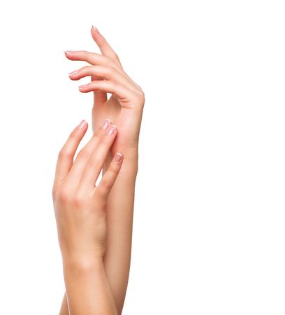 美しい女性の手。スパ ・ マニキュアのコンセプトです。フランス語マニキュアの女性の手