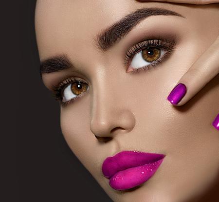 ojos marrones: mujer morena de belleza con maquillaje perfecto Foto de archivo