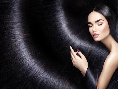 Długie włosy tło. Brunetka kobieta z prostymi czarnymi włosami