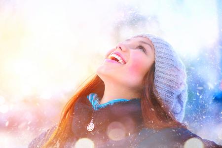 iluminado a contraluz: Retrato de invierno. Alegre adolescente modelo de chica que se divierten en el parque de invierno Foto de archivo