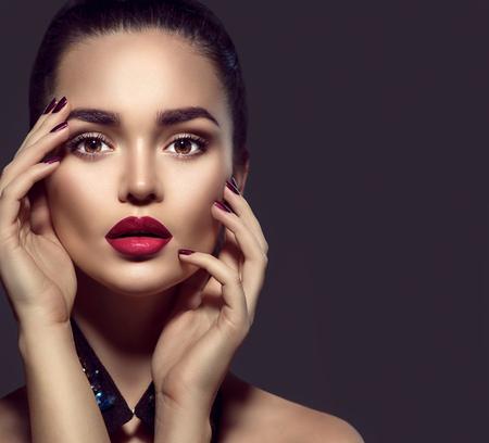 Schoonheid brunette vrouw met perfecte vakantie make-up Stockfoto