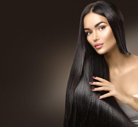 cabello: hermoso pelo largo. Modelo de la belleza chica tocando el pelo sano Foto de archivo