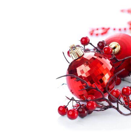 Navidad y Año Nuevo fondo. decoraciones rojas aisladas en blanco Foto de archivo