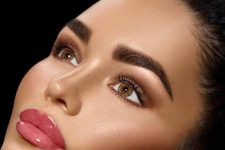 美容黑髮女子與完美妝容