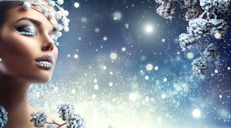 Weihnachten Schönheit Mädchen. Winterurlaub Make-up mit Edelsteinen auf den Lippen