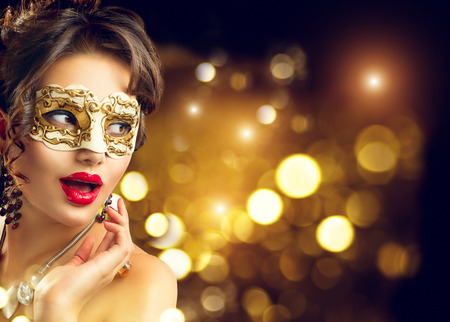 Modèle de beauté femme portant un masque vénitien mascarade de carnaval à la fête. fêtes de Noël et de Nouvel An Banque d'images - 67921056