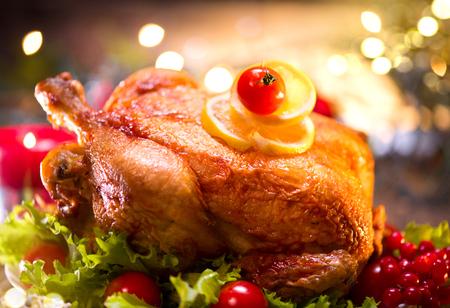flauta: Mesa decorada vacaciones de Navidad con pavo. cena de navidad de la familia Foto de archivo