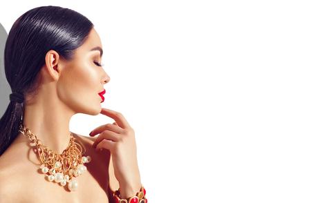 persona: Retrato de la belleza de la moda modelo morena chica. Sexy mujer joven con perfecto maquillaje y accesorios de moda de oro