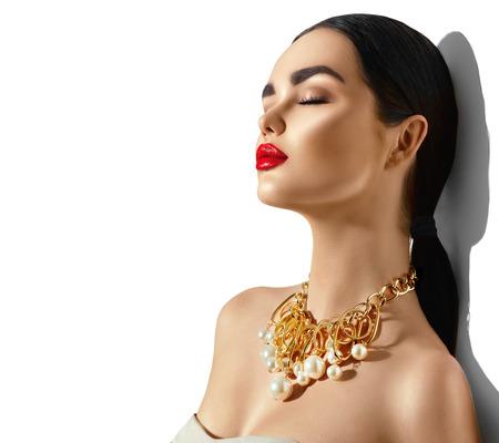 美容ファッション モデル ブルネットの少女の肖像画。完璧なメイクとトレンディな黄金アクセサリーでセクシーな若い女性