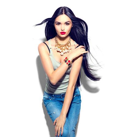 긴 직선 비행 머리를 가진 아름다움 패션 모델 소녀