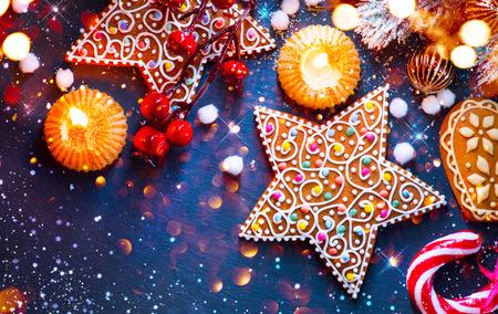 Weihnachtsferien Hintergrund. Weihnachten Tisch serviert mit Dekorationen Standard-Bild - 67698751