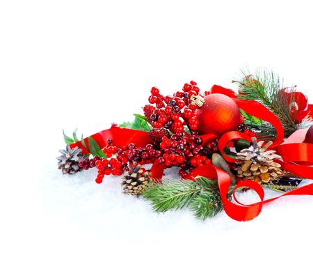 forme: Rouge Noël et Nouvel An décoration isolé sur fond blanc. conception d'art de la frontière Banque d'images