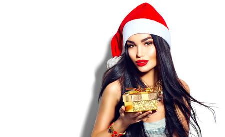 Bellezza Natale modello di moda ragazza in possesso di regalo d'oro Archivio Fotografico - 67522068