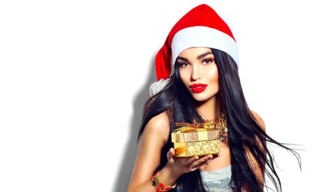 Schoonheid Kerstmis mode model meisje bedrijf gouden geschenkdoos Stockfoto
