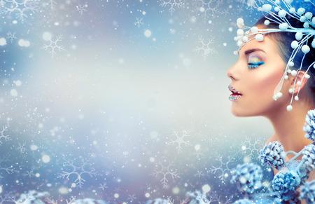 크리스마스 아름다움 여자. 입술에 보석 겨울 휴가 메이크업