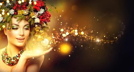 Magia de la Navidad. El modelo de manera de la belleza sobre el fondo de vacaciones borrosa