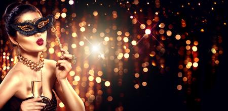 Sexy Modell Frau mit einem Glas Champagner tragen venezianischen Maskerade Maske