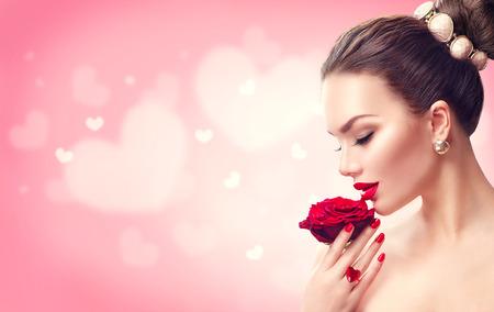 발렌타인 데이. 빨간색 여자가 상승했다. 패션 모델 여자 얼굴 초상화 스톡 콘텐츠