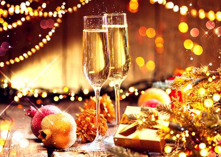 크리스마스와 샴페인 축 하입니다. 새해 휴가 장식 테이블 스톡 콘텐츠