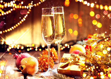 Kerstmis en feest met champagne. Nieuwjaar vakantie versierde tafel Stockfoto