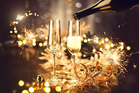 Navidad y celebración con champagne. Mesa decorada de vacaciones de año nuevo Foto de archivo