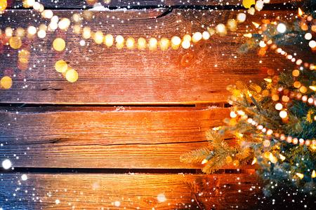 クリスマス ツリーと花輪クリスマス休日の木製の背景