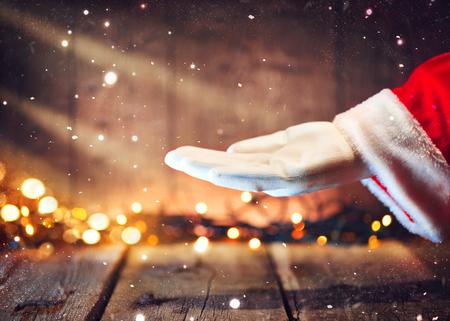 크리스마스 산타 클로스 텍스트 복사본에 대 한 손바닥에 빈 복사본 공간을 게재합니다. 광고 제스처 제시 지점