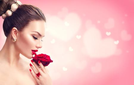 バレンタインの日。赤いバラと女性。ファッション モデル少女の顔の肖像画