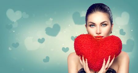 バレンタインの日。セクシーなモデルの女の子の心と形赤枕