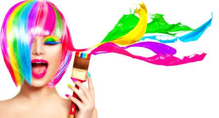 髪を染めユーモアの概念。カラフルな明るい色で彼女の髪を塗る美容モデル女性 写真素材