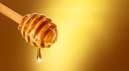 蜂蜜蜂蜜ディッパー黄色の分離から滴り落ちる。厚い蜂蜜ハチミツ スプーンから浸漬