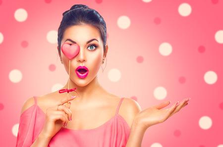 sorprendido: Día de San Valentín. La belleza sorprendió chica de moda joven modelo con forma de corazón galleta de San Valentín