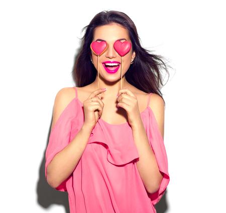 simbolo de la mujer: Día de San Valentín. Belleza muchacha alegre joven modelo con el corazón de San Valentín en forma de galletas en sus manos
