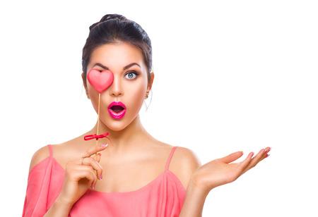 Valentinstag. Schönheit überrascht junge Mode-Modell Mädchen mit Valentine herzförmige Plätzchen