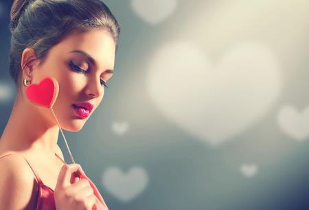 Valentijnsdag. Schoonheid jonge model meisje met Valentijn hart gevormde cookie Stockfoto